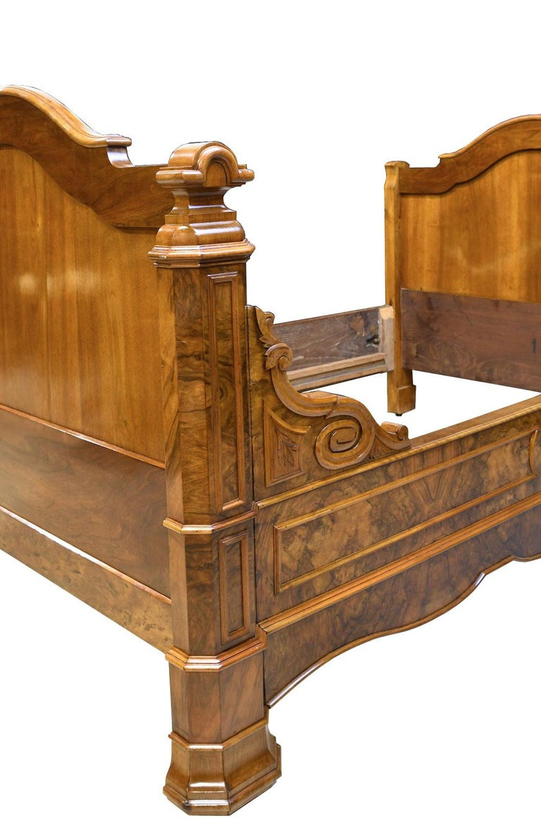Polished French Louis Philippe Daybed in Figured Walnut, circa 1835 For Sale
