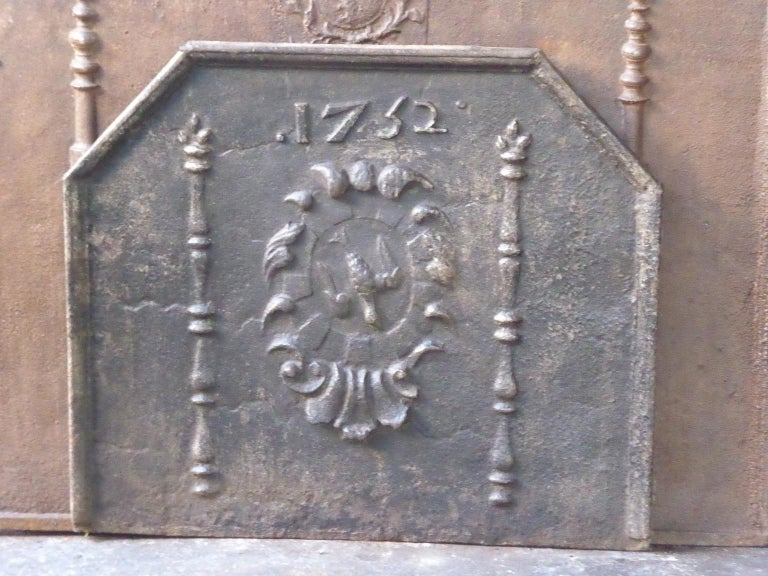 Beautiful, sturdy, heavy 18th century French Louis XIV fireback with an unknown coat of arms. The date of production, 1752, is also cast in the fireback. The fireback is made of cast iron and has a natural brown patina. Upon request it can be made