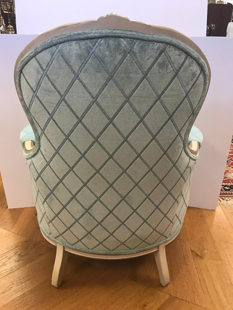 French Louis XV Cream Painted Carved Turquoise Bergère Armchair Chair In Excellent Condition For Sale In West Hartford, CT