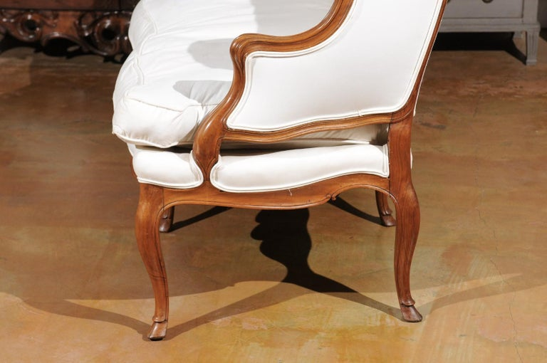 French Louis XV Style 19th Century Walnut Wingback Canapé with Cabriole Legs For Sale 6