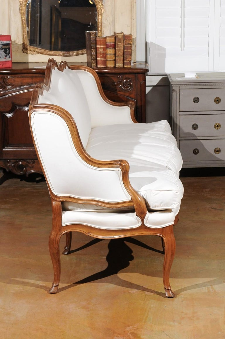 French Louis XV Style 19th Century Walnut Wingback Canapé with Cabriole Legs For Sale 4