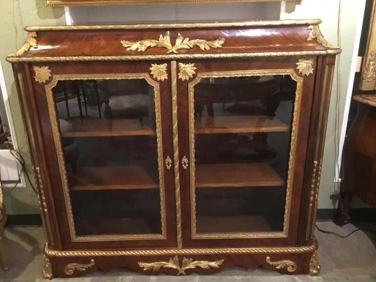 Very fine French vitrine/bibiotheque, late 19th century with fine walnut veneers. Gilt bronze mounts