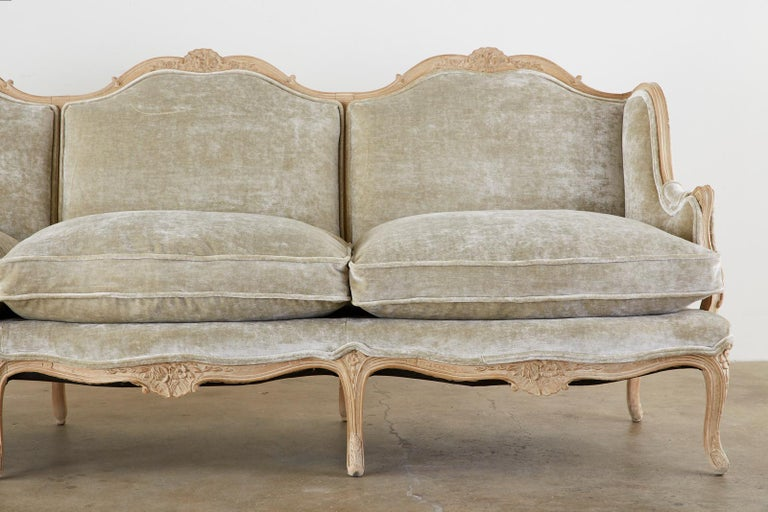 French Louis XV Style Velvet Canapé à Oreilles Sofa In Good Condition For Sale In Rio Vista, CA