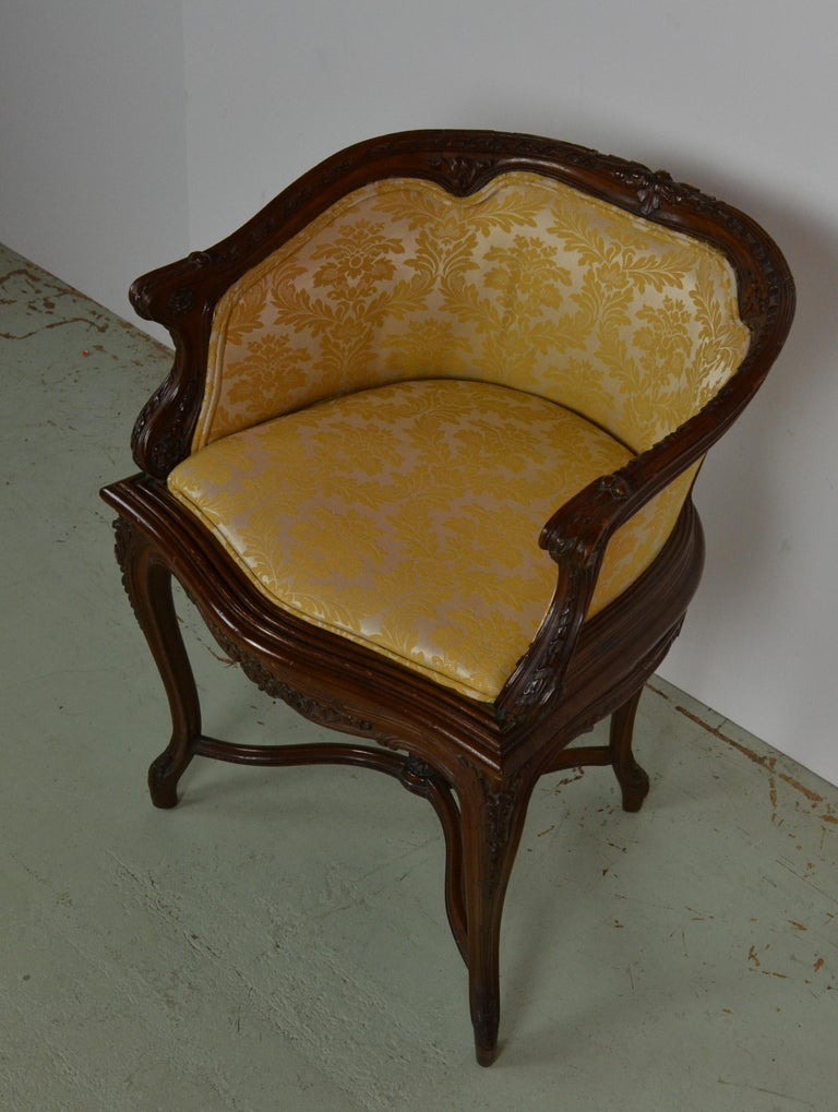 French Louis XV Vanity Chair In Good Condition For Sale In Pasadena, CA