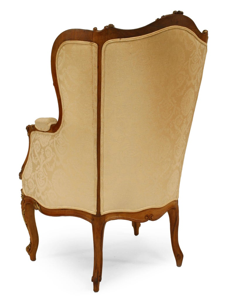 French Louis XV Walnut Bergere Armchair In Good Condition For Sale In New York, NY