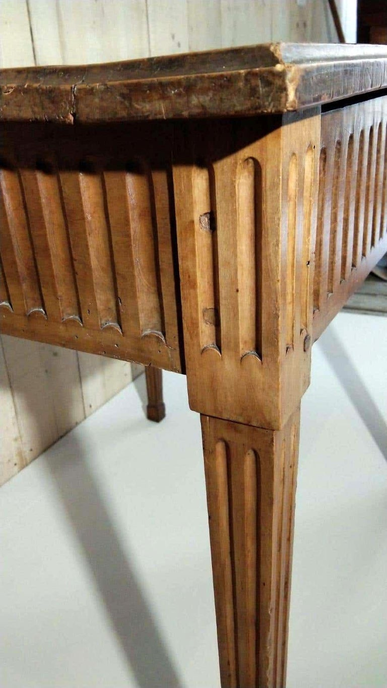 French Louis XVI Light Walnut Table, Mid-18th Century In Good Condition For Sale In Lectoure, Occitanie