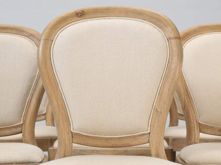 French Louis XVI style set of (8) dining side chairs, that have acted as showroom samples for a very long time and are dirty and we make no promises on how or if they will cleanup. The chairs are priced accordingly and are sold in an as is