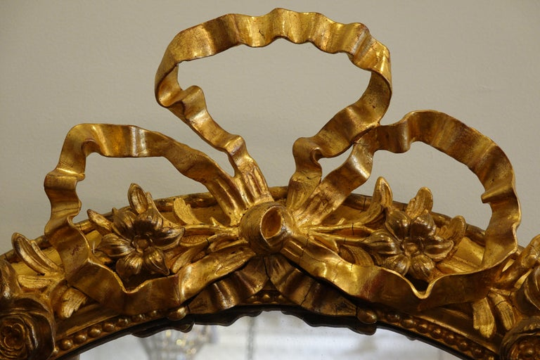 French Louis XVI Style Giltwood Mirror with Large Carved Bow Cartouche For Sale 1