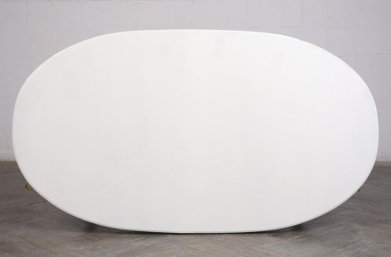 White Oval Dining Table In Good Condition For Sale In Los Angeles, CA