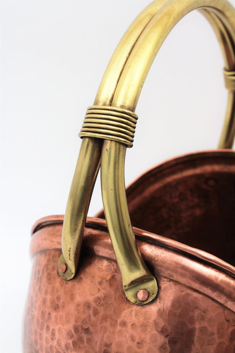 French Mid-Century Modern Copper and Brass Basket Log Holder with Rope Detail In Excellent Condition For Sale In Barcelona, ES