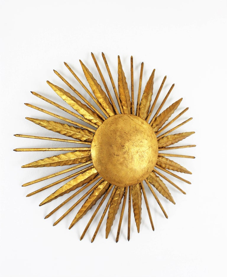 French Modern Neoclassical Gilt Iron Leafed Sunburst Flush Mount / Light Fixture In Excellent Condition For Sale In Barcelona, ES