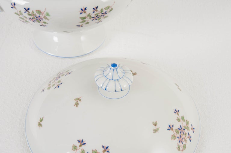 A sweet old Paris tureen dating to the early 1900s. The soup vessel has a beautiful cornflower pattern and is in wonderful antique condition, with no chips or damage. The footed vessel is ideal for serving soups, gumbos and stews in a beautiful