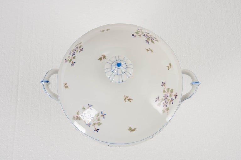 """French Old Paris Porcelain """"Cornflower"""" Pattern Tureen In Good Condition For Sale In Baton Rouge, LA"""