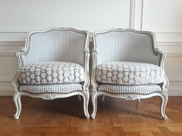 Antique pair of bergère Louis XV style of the period Napoleon III. Sprung seat and removable cushion. Entirely done again in the rules of the art with a fabric of the famous Parisian publisher Pierre Frey in white and grey velvet.
