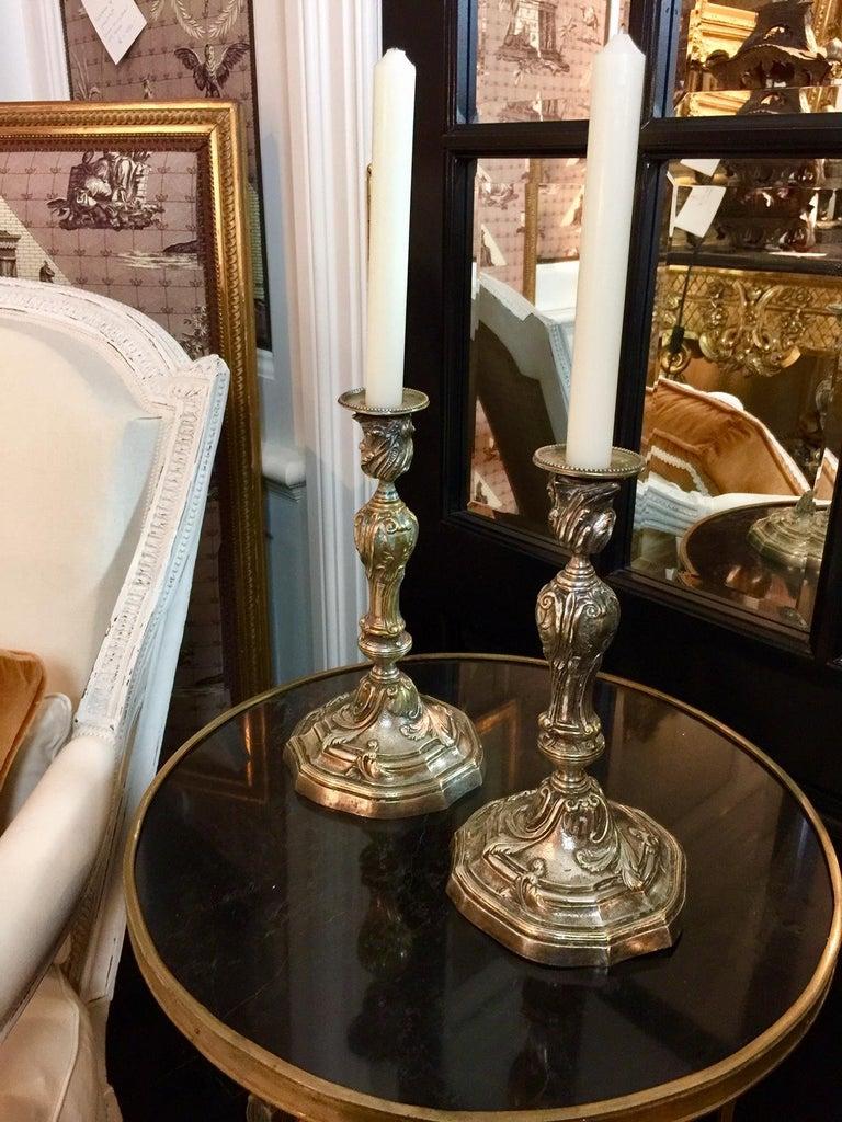 Ein Paar französische Kerzenständer in versilberter Bronze im Louis XV Stil 3