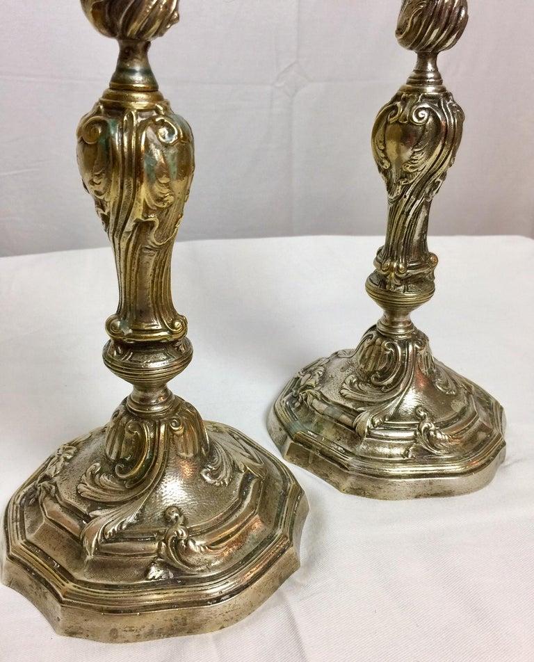 Ein Paar französische Kerzenständer in versilberter Bronze im Louis XV Stil 6