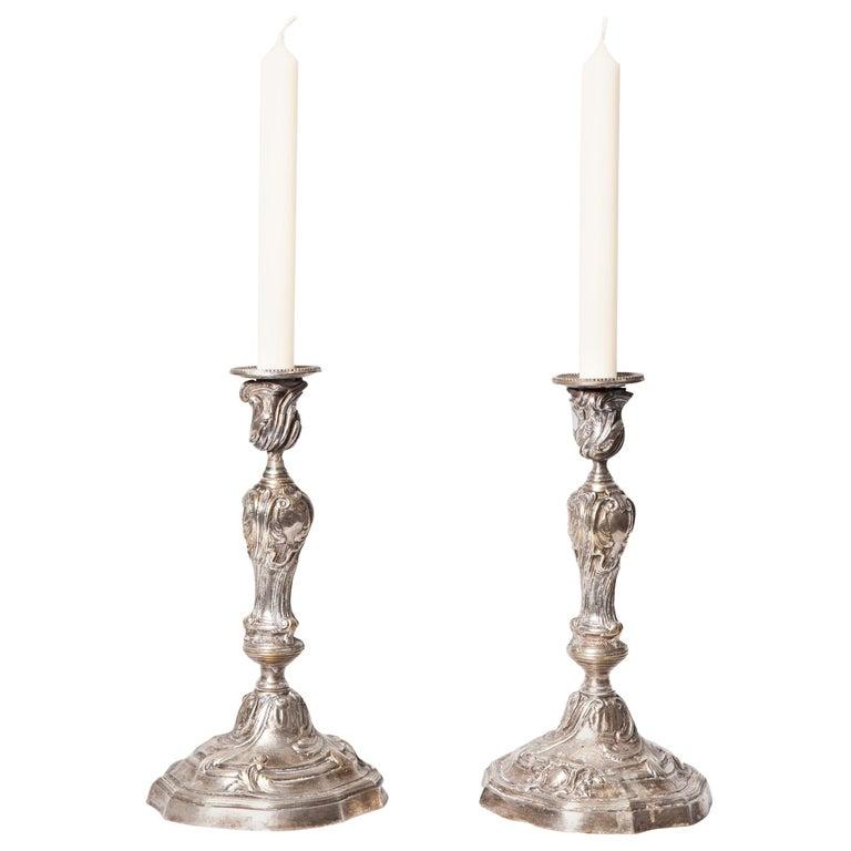 Ein Paar französische Kerzenständer in versilberter Bronze im Louis XV Stil 1
