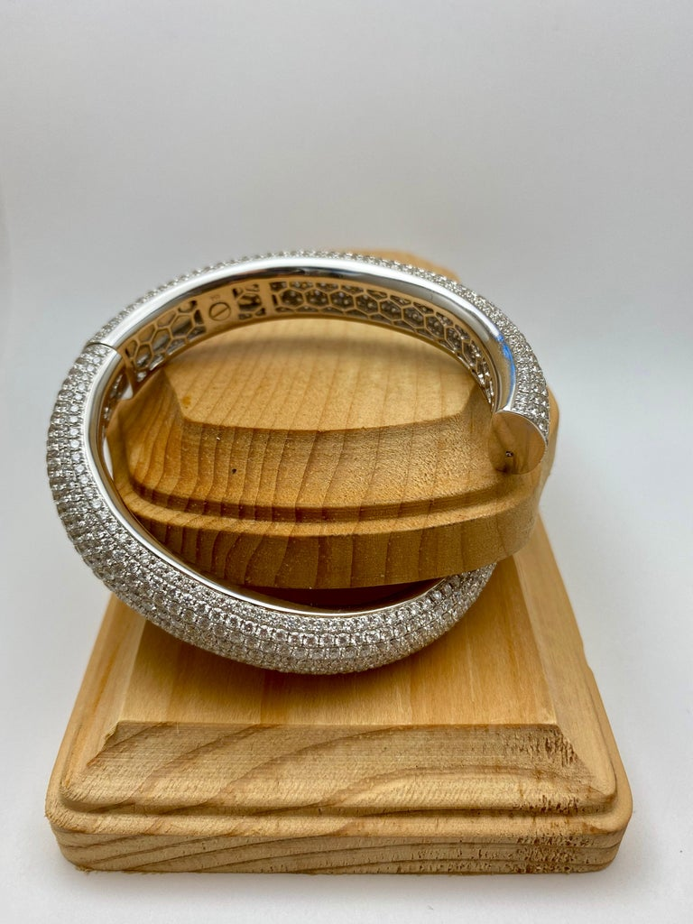 French Pavé Diamond Gold Bangle In Excellent Condition For Sale In Bal Harbour, FL