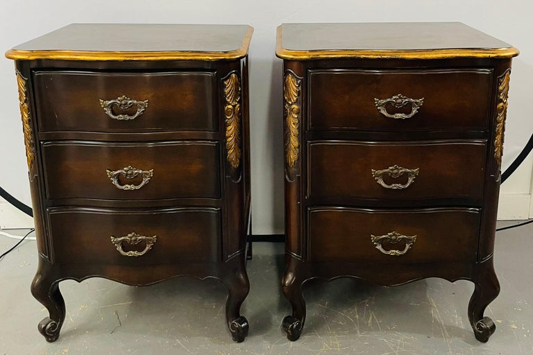 French Provincial 3 Drawer Mahogany Gilt Decorated Nightstand Table, a Pair In Good Condition For Sale In Plainview, NY