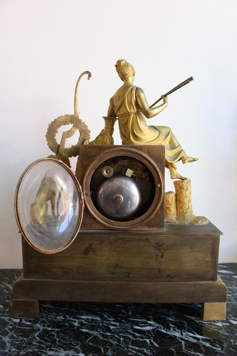 French Restauration Clock Allegory of Hunt In Good Condition For Sale In Marseille, FR