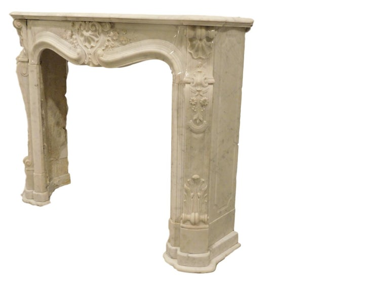 French Rococo Louis XV Marble Fireplace Mantel In Good Condition For Sale In Chicago, IL