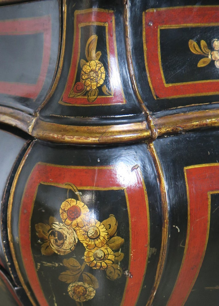 French Serpentine Shaped Chinoiserie Painted Chest of Drawers, circa 1930s For Sale 3