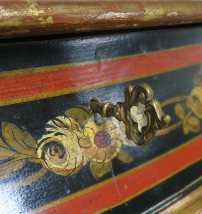 French Serpentine Shaped Chinoiserie Painted Chest of Drawers, circa 1930s For Sale 6