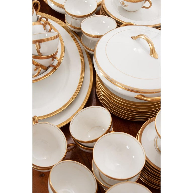 French Syracuse China 132-Piece Parcel Dinner Service For Sale 6