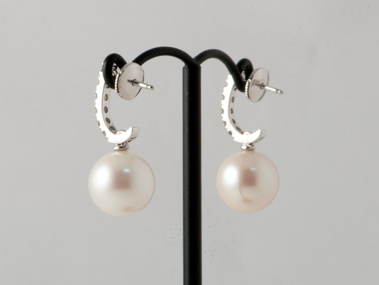 Discover this South Sea Pearl and White Diamonds on Yellow Gold 18 Karat Drop Earrings. Freshwatter Pearls 12/12.5 mm 14 White Diamonds Brilliant 0.2 Karat Color G/VS White Gold 18 Karat 2.37 g