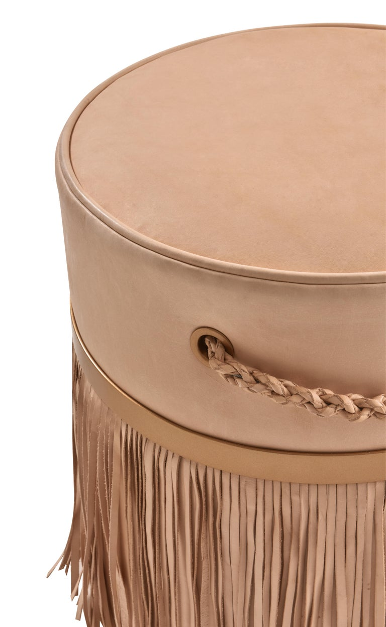 Ecofriendly, the fringed Serena pouf is produced in natural leather without dyeing - it aims at the exalted beauty in the oxidation of the light tone that modifies with the passage of time. It has fringes and hand braided handles, unique features of