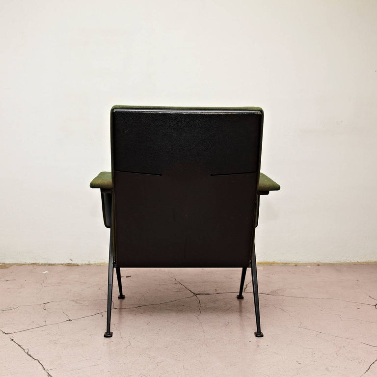 Fauteuil, model Repose, designed by Friso Kramer in 1960. Manufactured by De Cirkel (Netherlands) the 9th of January of 1969. Enameled folded sheet metal frame with upholstered armrests, metal seat and backrest, deep foam rubber upholstered in