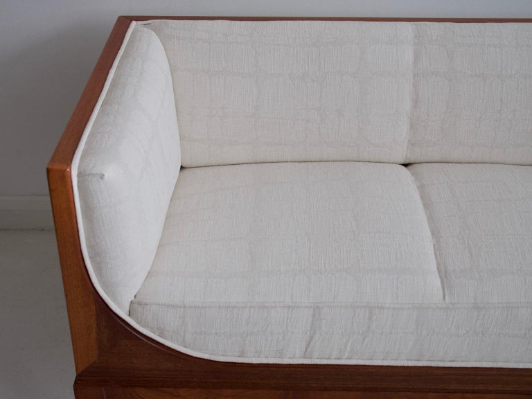 Frits Henningsen Mahogany Sofa with White Fabric Upholstery In Good Condition For Sale In Madrid, ES