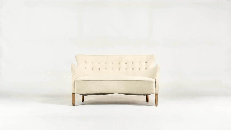 Extremely rare concave sofa, by designer and cabinetmaker Frits Henningsen. Stains on the fabric, good general condition (structure in perfect condition, no holes or snags in the fabric). Possibility to reupholster using the fabric or leather of