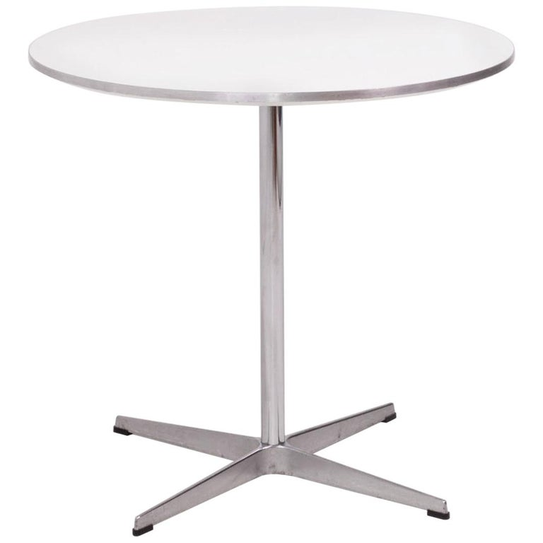 Modern Contemporary Round White Table by Fritz Hansen A622  For Sale