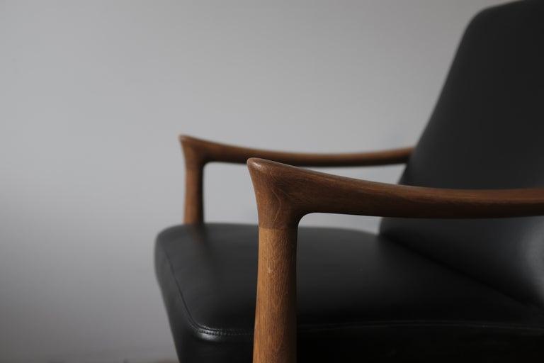 Scandinavian Modern Fritz Hansen Oak Armchair with Black Leather For Sale