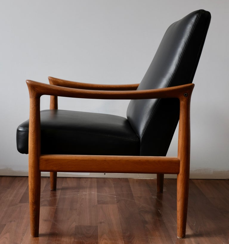 Fritz Hansen Oak Armchair with Black Leather In Excellent Condition For Sale In Ogdensburg, NY