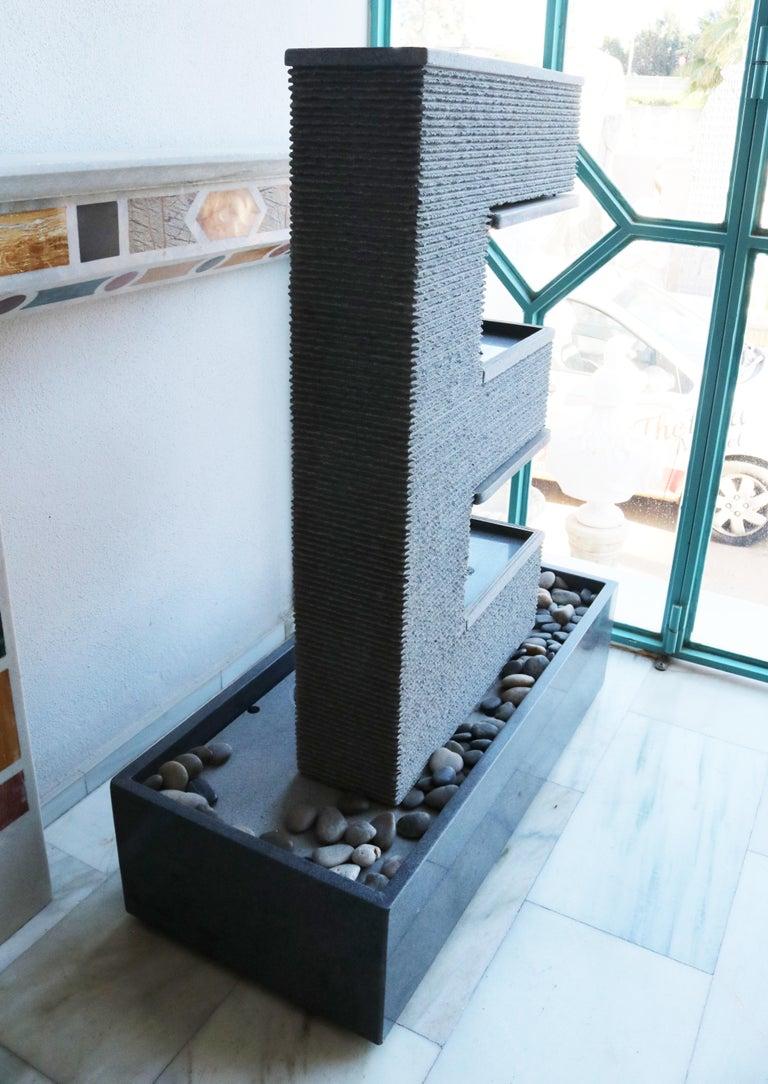 Fuente Moderna Realizada en Granito Negro Con Base Rectangular In Good Condition For Sale In Malaga, ES