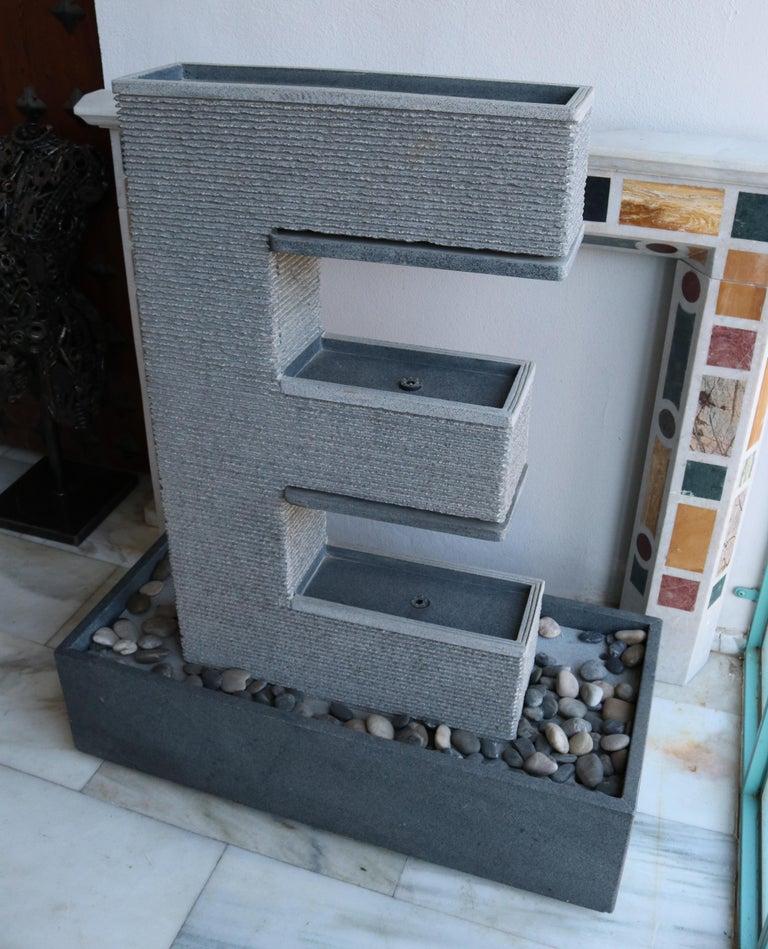 20th Century Fuente Moderna Realizada en Granito Negro Con Base Rectangular For Sale