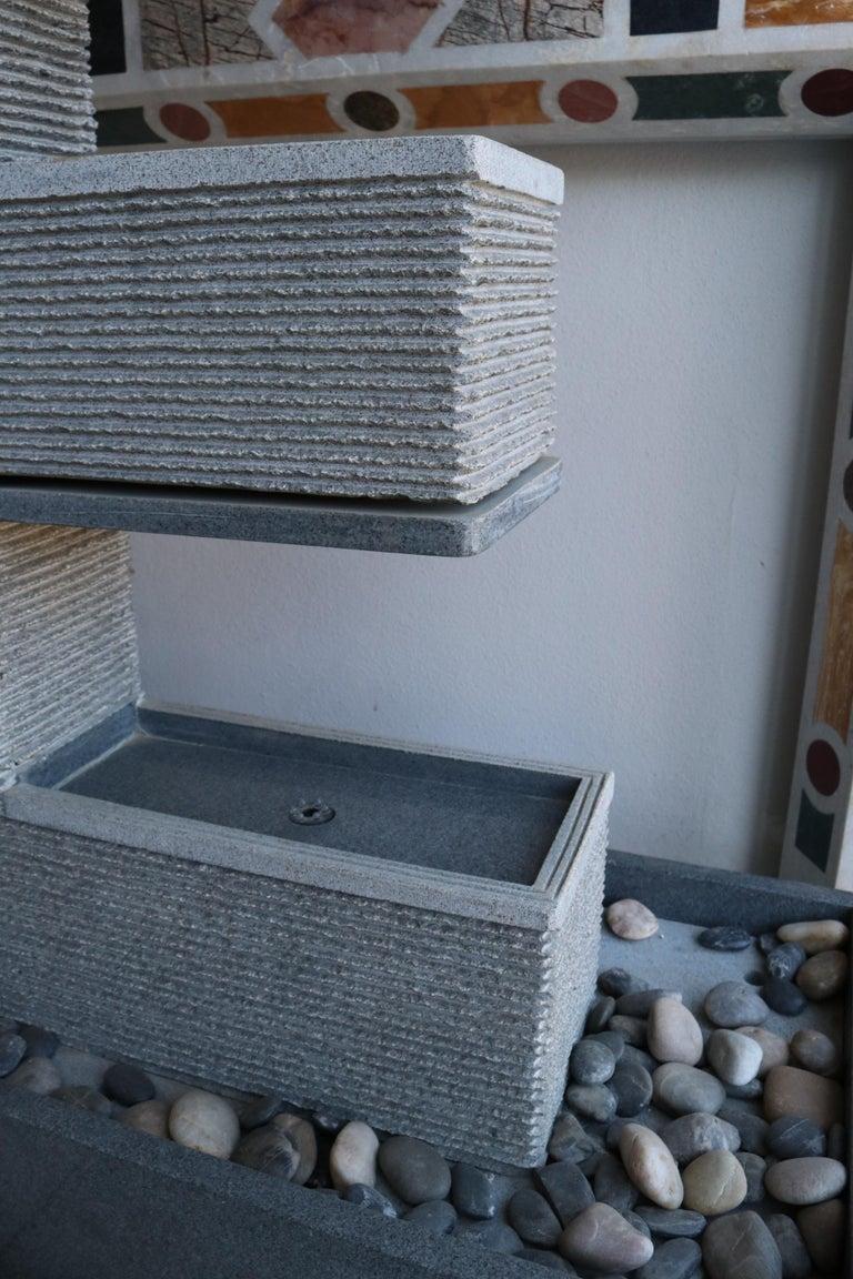 Granite Fuente Moderna Realizada en Granito Negro Con Base Rectangular For Sale