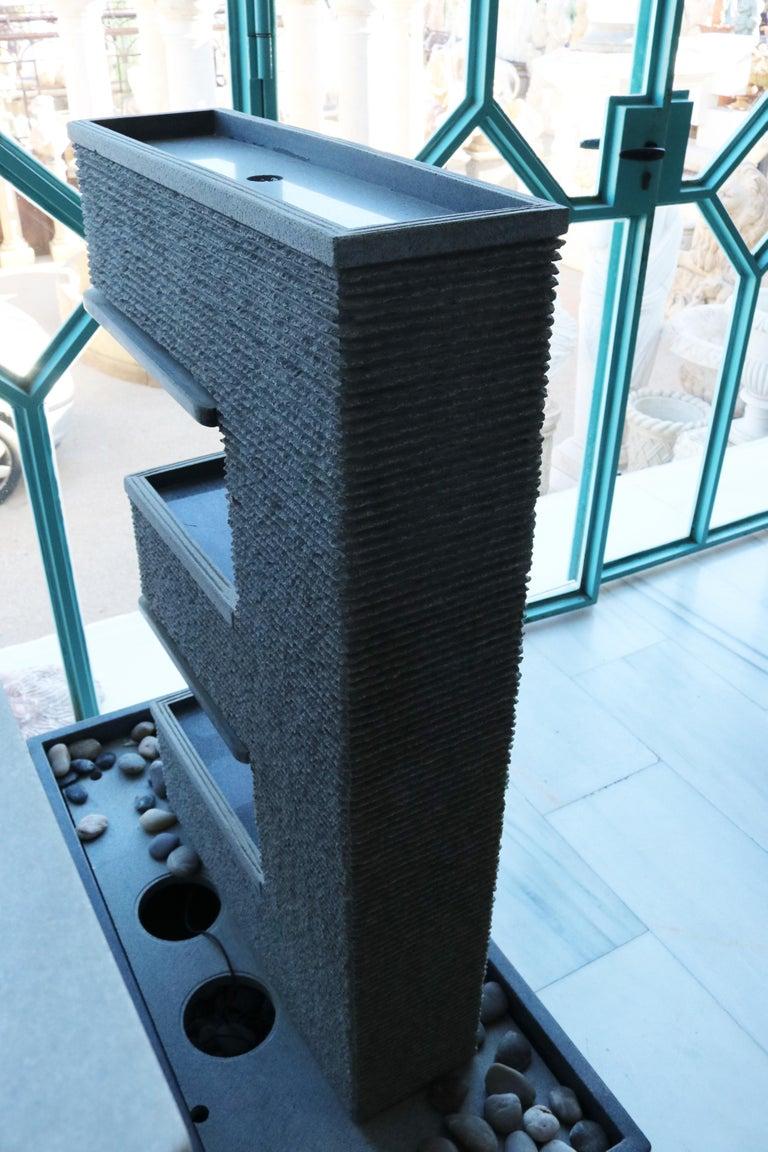 Fuente Moderna Realizada en Granito Negro Con Base Rectangular For Sale 1