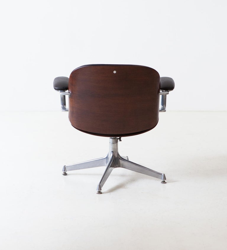 Mid-Century Modern Fully Restored Leather and Mahogany Swivel Chair by Ico Parisi for MIM Roma For Sale