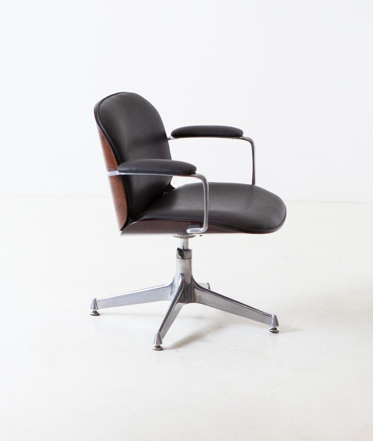 Mid-20th Century Fully Restored Leather and Mahogany Swivel Chair by Ico Parisi for MIM Roma For Sale