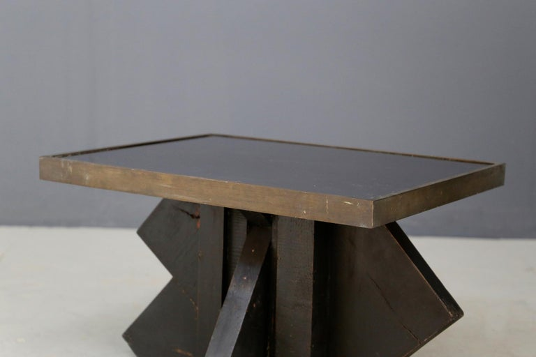 Futurist Coffee Table in Sculpted Wood and Brass, 1920s In Good Condition For Sale In Milano, IT