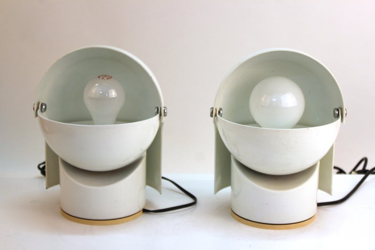 Italian Mid-Century Modern pair of 'Pileino' table lights designed in the 1970s by Gae Aulenti for Artemide. The pair is made of enameled metal and has a pivoting top part that can direct the light and creates a visually enticing light sculpture.