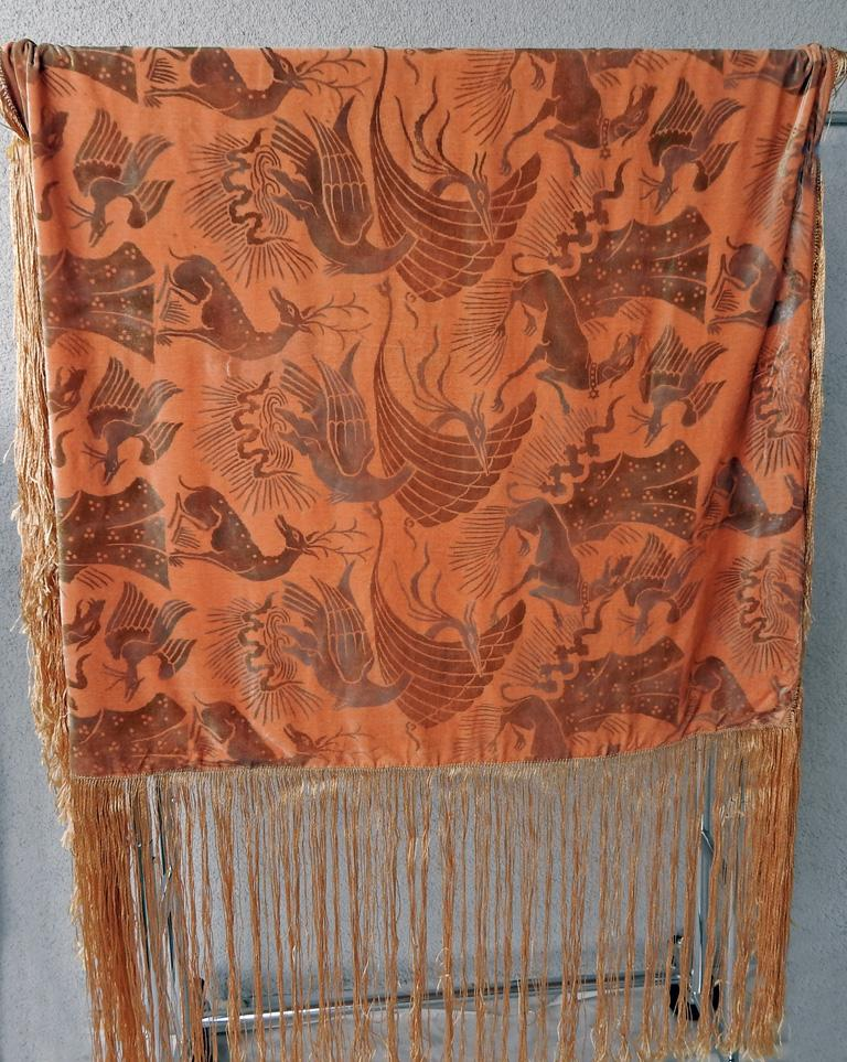 Gallenga Estate Apricot Panne Velvet Fringe Shawl fr Gallenga Estate  Rare In Good Condition For Sale In Los Angeles, CA