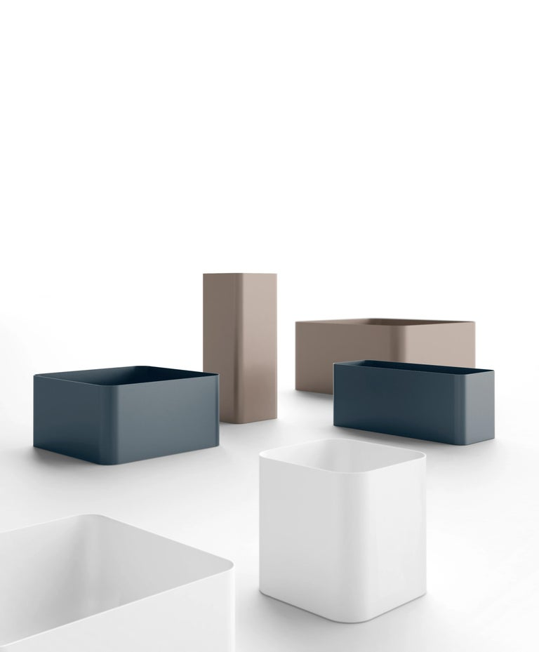 """Lining up several Sonora planters in a row allows areas to be divided as using a separator."" – Pablo Gironés (Designer) – SONORA is a collection of designer planters inspired by the outlined sand dunes of the natural SONORA landscape. Their sober"