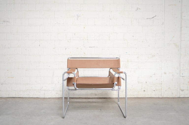 This Wassily chair, in chromed tubular steel and caramel leather, was designed by Marcel Breuer and produced by Gavina. It's an early edition before 68 with the stamp underneath the seat.