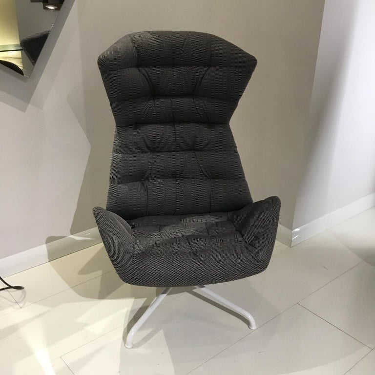 With the range 808, Munich based design studio Formstelle has created a lounge chair that combines maximum comfort with numerous possibilities for individualization. The lounge chair 808 plays with the contrast between a protective shell and an