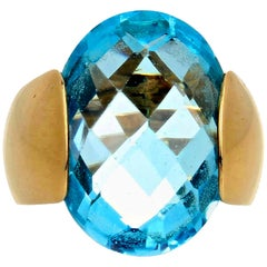 Gemjunky 14.75 Carat Elegantly Modern Fiery Oval Sky Blue Topaz Gold Ring