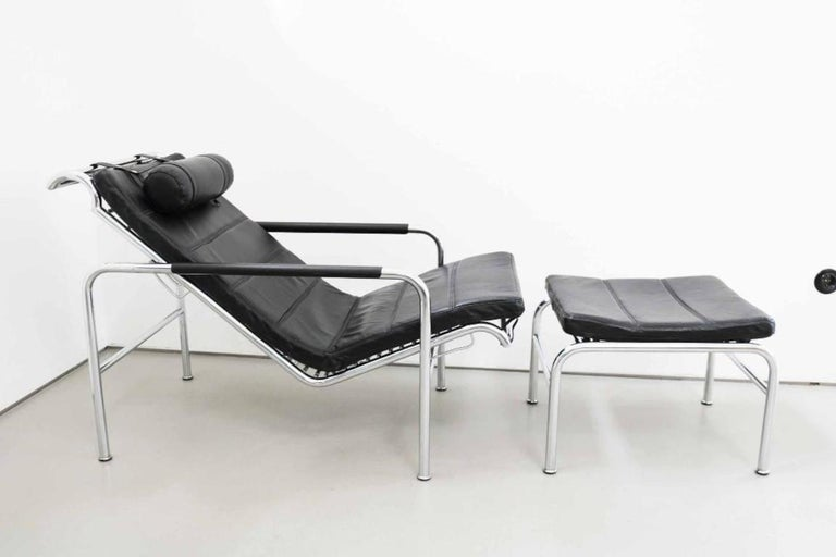 Zanotta chaise in black leather with stool. The measurements given apply to the lounger which is adjustable in height (from 71 - 82 cm). The stool measures 55cm x 45cm x 35cm height.